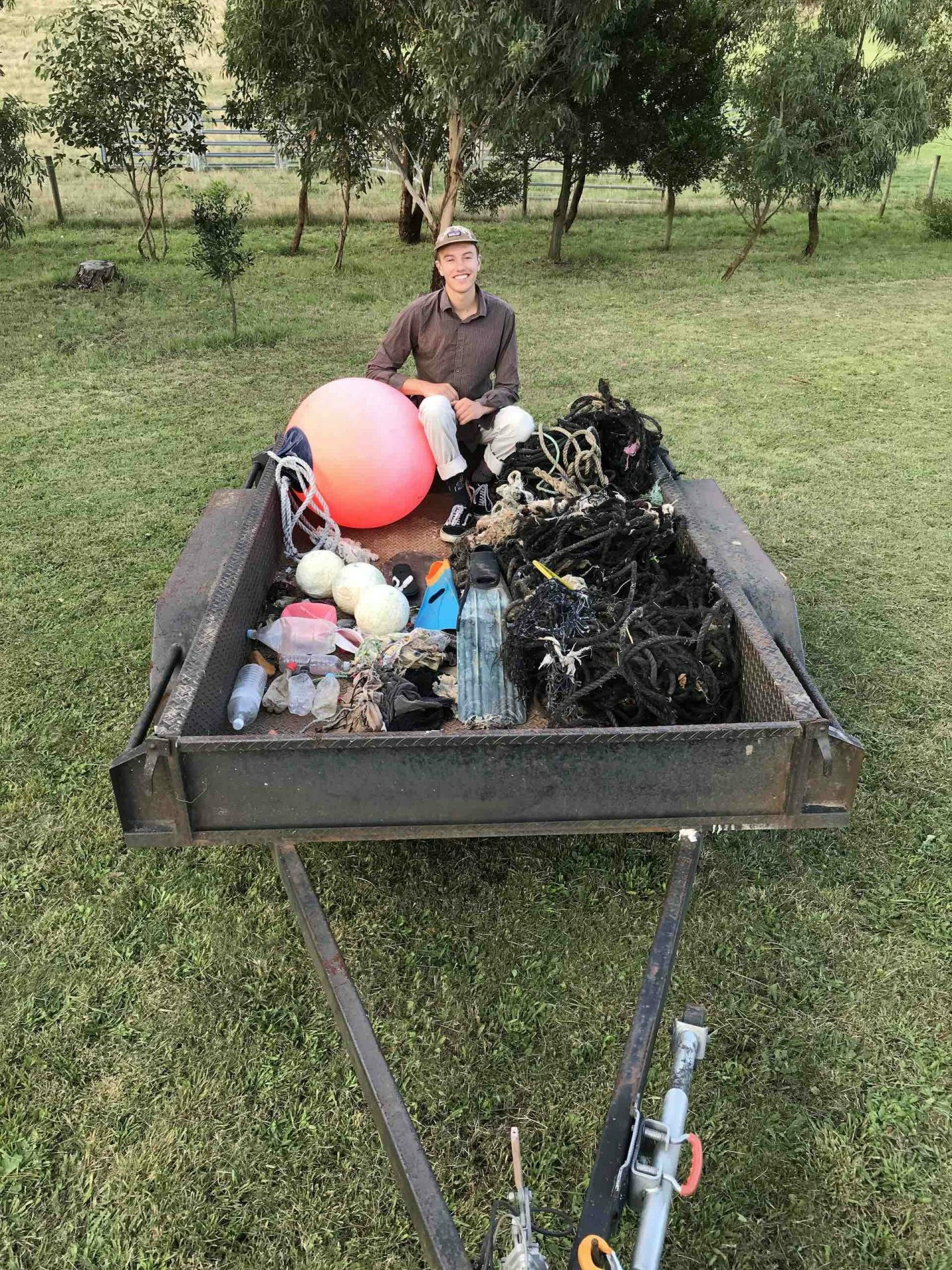 This Bloke's Collected over A Tonne of Rubbish From the Aussie Coastline - Pippa Salmon, hiking, rubbish, guy,